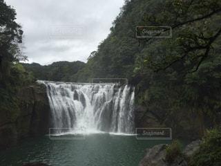 いくつかの水の上の大きな滝の写真・画像素材[803536]