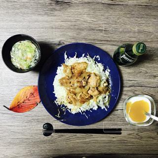 食料や水のプレートの写真・画像素材[897676]