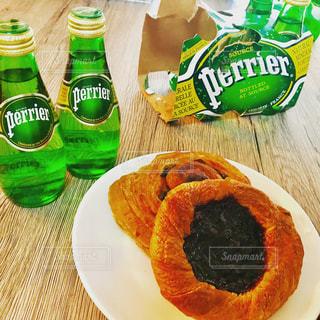 料理とテーブルの上のビールの瓶のプレートの写真・画像素材[897679]