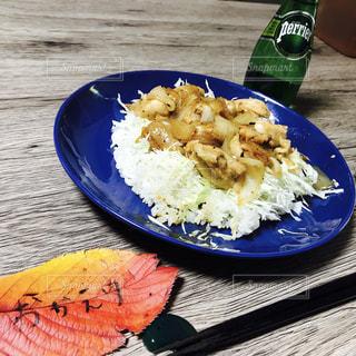 テーブルの上に食べ物のプレートの写真・画像素材[897689]