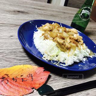 テーブルの上に食べ物のプレート - No.897690