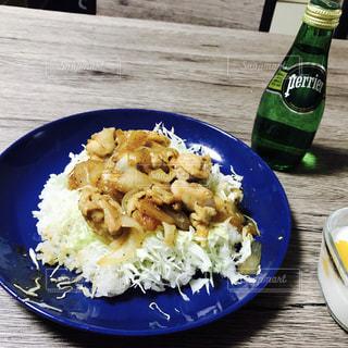 皿のご飯肉と野菜料理の写真・画像素材[897691]
