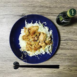 食品や水のカップのプレートの写真・画像素材[897692]