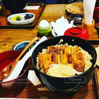 テーブルの上に食べ物のボウルの写真・画像素材[1695334]