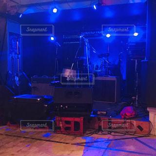 ステージ上のライトと聴衆とともにステージに座っている人々のグループの写真・画像素材[2137444]