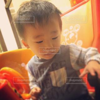 テーブルに座っている小さな子供の写真・画像素材[802687]