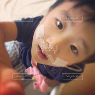 近くに赤ちゃんの手のアップの写真・画像素材[802689]