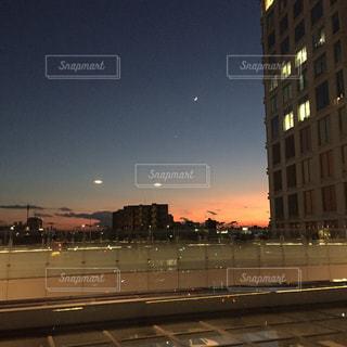 夜の街に沈む夕日の写真・画像素材[809009]