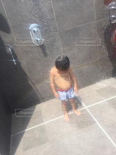 部屋に立っている小さな男の子 - No.815711