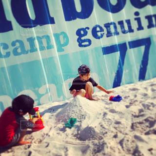 砂遊びに夢中の写真・画像素材[1203817]