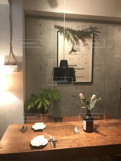 テーブルの上の花の花瓶の写真・画像素材[992153]