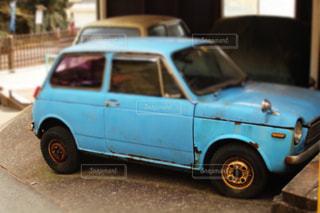 建物の前に停まっている青い車の写真・画像素材[803182]