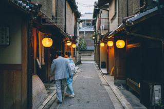 通りを歩いて男の写真・画像素材[870920]