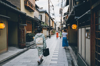 通りを歩いている人の写真・画像素材[870948]