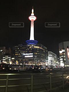 夜の京都タワーの写真・画像素材[804003]