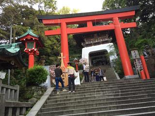 橋の上を歩く人々 のグループの写真・画像素材[803785]