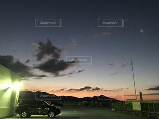 夜と夕方の狭間の写真・画像素材[803850]