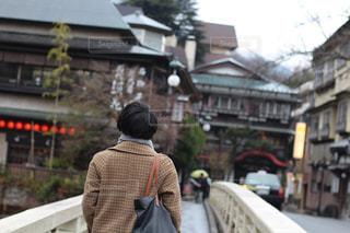 歩道に立っている人の写真・画像素材[804079]