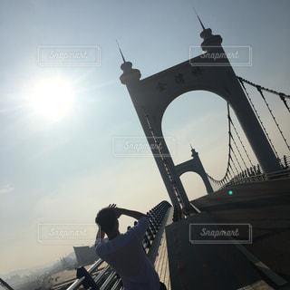 橋の上に空気を通って飛んで男の写真・画像素材[804504]