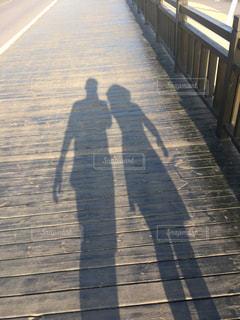 歩道を歩いて男の写真・画像素材[804506]