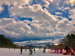 晴れと雪のスキー場の景色 - No.805059