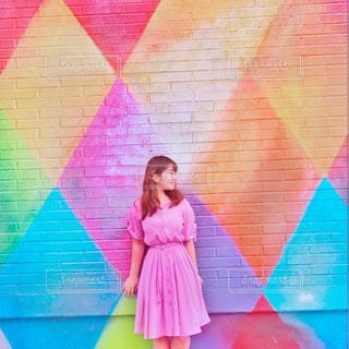 ピンクの傘を持つ少女 - No.806976