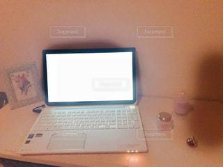 テーブルの上に座ってオープン ラップトップ コンピューターの写真・画像素材[811476]