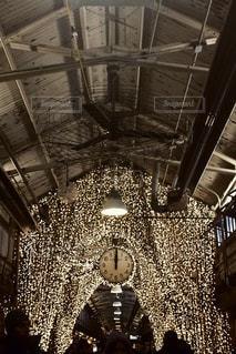 天井からぶら下がっている時計の写真・画像素材[806515]
