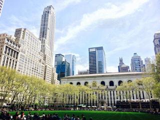 大きな建物の前に立っている人々 のグループの写真・画像素材[806518]