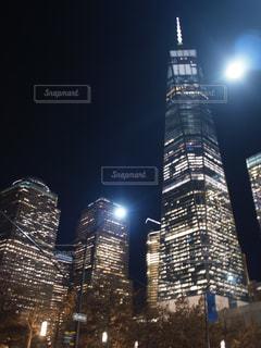 背の高い建物が夜ライトアップの写真・画像素材[806533]