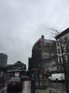 近くに忙しい街の通りのの写真・画像素材[806535]