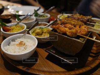 テーブルの上に食べ物のトレイの写真・画像素材[806567]
