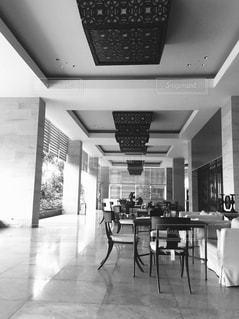 部屋の家具と大きな窓いっぱいの写真・画像素材[806575]
