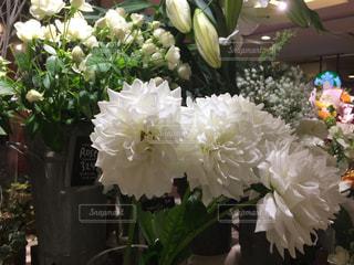 テーブルの上の花の花瓶の写真・画像素材[813419]