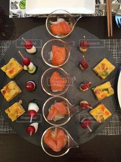 テーブルの上に食べ物の写真・画像素材[806756]