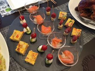 テーブルの上に食べ物のプレートの写真・画像素材[806763]