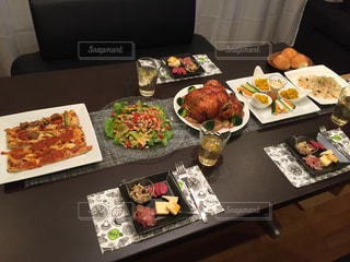 テーブルな皿の上に食べ物のプレートをトッピング - No.806874