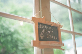 窓の前でサインの写真・画像素材[809805]