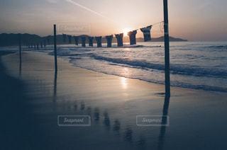 水の体に沈む夕日の写真・画像素材[812250]