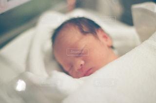 赤ちゃんのベッドの上で横になっています。 - No.1000343