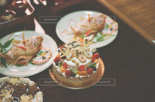 テーブルの上に食べ物のプレートの写真・画像素材[1007789]