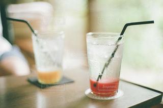 近くのテーブルの上のガラスのコップの写真・画像素材[1235344]