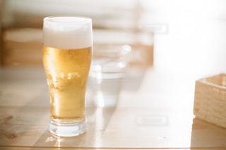 テーブルの上のガラスのコップの写真・画像素材[1235345]