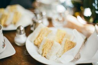 テーブルの上の食べ物の皿のクローズアップの写真・画像素材[2503093]