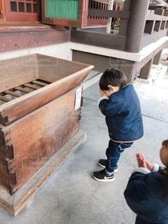 初詣でお願い事を見様見真似でやってみるの写真・画像素材[3589458]