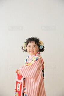 部屋に立っている少女の写真・画像素材[3835002]