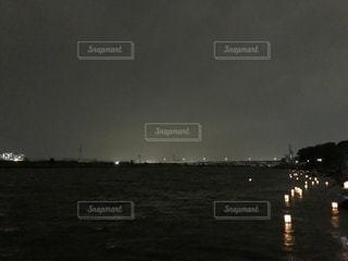 夜の灯籠流しの写真・画像素材[2364493]