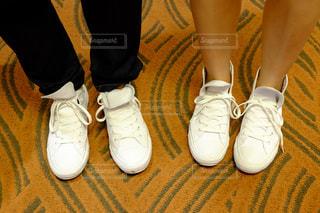 靴の前に立っている人の写真・画像素材[823759]