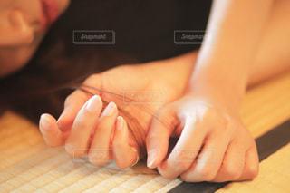 横たわって髪の毛をいじる女性の写真・画像素材[824509]