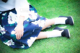 草の上に横たわる女の写真・画像素材[824748]
